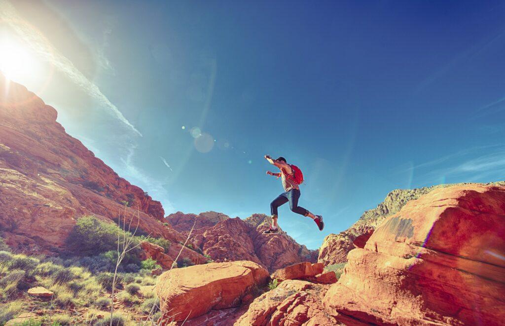 man springt